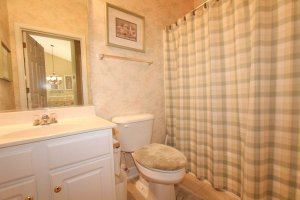 Full bathroom off of the hallway