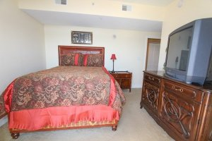 4th guest bedroom with 1 queen bed