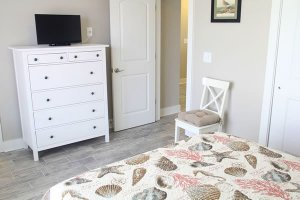 Guest bedroom wtih tv